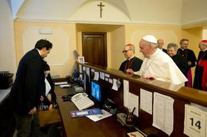 Watykan: Papież dzwoni, odbiera portier