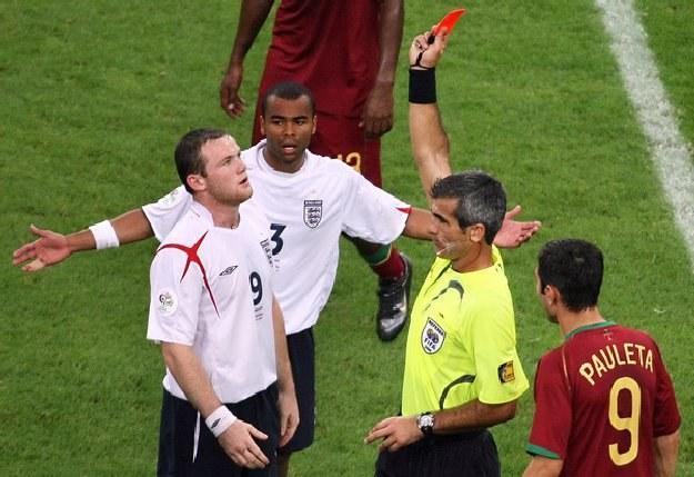 Wayne Rooney będzie musiał uważać na to co mówi do sędziego /AFP