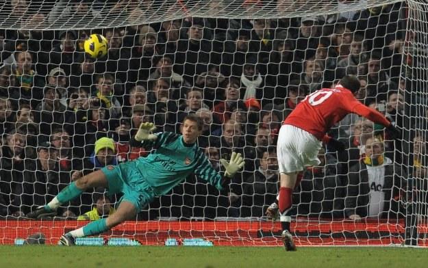 Wayne Rooney nie pokonał Wojciecha Szczęsnego z rzutu karnego /AFP
