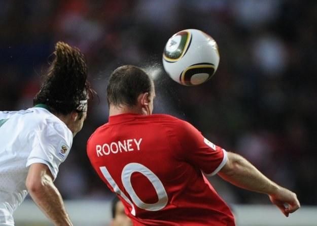 Wayne Rooney rozpędzi angielski ekspres, czy Anglicy szybko wrócą do domu drugą klasą? /AFP