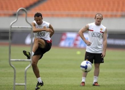 Wayne Rooney z podziwem patrzy na wyczyny Ryana Giggsa (z lewej) /AFP