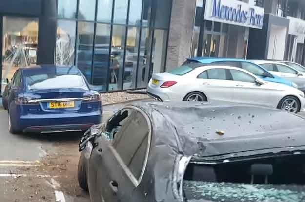 """ważący przeszło dwie tony samochód przeleciał nad ogradzającym salom Mercedesa żywopłotem, """"przeskoczył"""" metalową barierkę i wylądował na dachu nowej klasy E! /"""