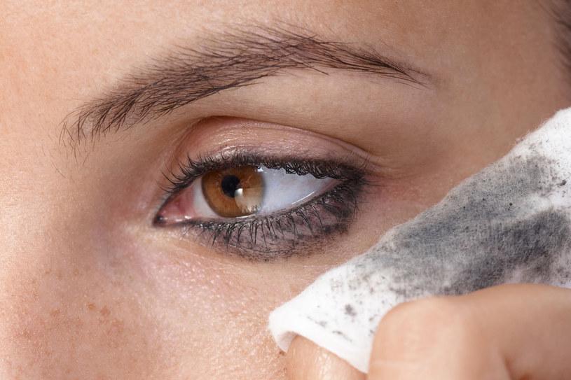 Ważna jest kolejność oczyszczania skóry. Najpierw usuń makijaż oczu; preparatem w postaci płynu, żelu lub śmietanki. Rób to delikatnie, nie trzyj /©123RF/PICSEL