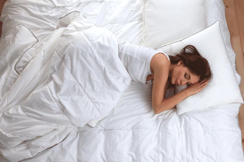 Ważne: jeśli cierpisz na przewlekłe bóle pleców, też powinnaś spać na lewym boku. /123RF/PICSEL