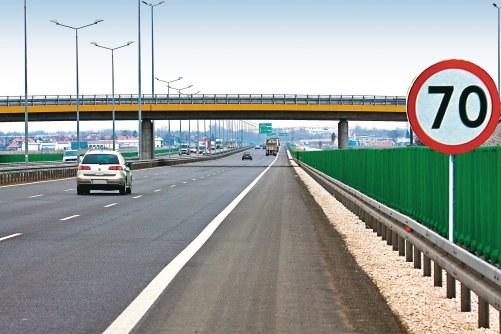 Wbrew opiniom niektórych kierowców, ograniczenie prędkości nie będzie odwołane ponieważ droga na wiadukcie nie tworzy skrzyżowania (nie ma połączenia). /Motor