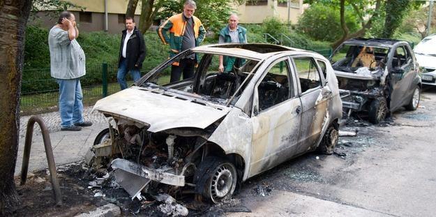 Wciąż płoną auta w Berlinie /PAP/EPA