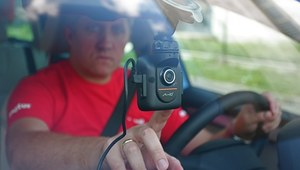 Wciśnij i zapomnij. Kamera nie wymaga ingerencji kierowcy w trakcie jazdy. /Motor