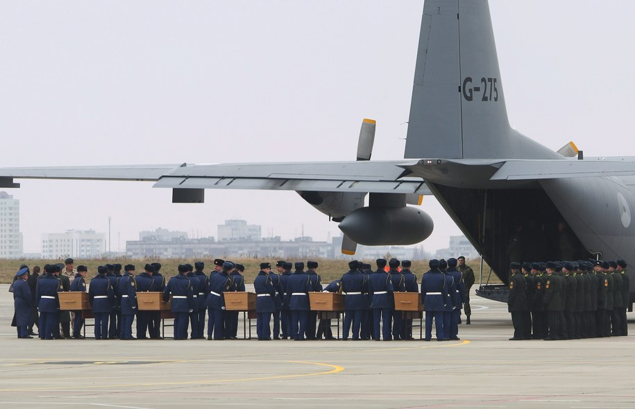 Wczoraj wysłano do Holandii pięć kolejnych trumien ze szczątkami ofiar /SERGEI KOZLOV /PAP/EPA