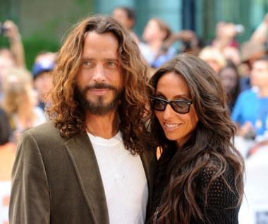 """Wdowa po Chrisie Cornellu chce odpowiedzi na """"kilka niewyjaśnionych kwestii"""""""