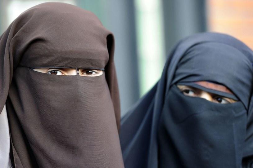 We Francji znów rozgorzała debata wokół tradycyjnych zasłon noszonych przez muzułmanki /AFP