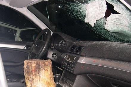 We wnętrzu tego BMW zginęla kobieta. Ktoś zrzucił z wiaduktu pień. /AFP