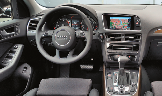 We wnętrzu uwagę zwraca nowa kierownica oraz zmodyfikowany panel sterowania klimatyzacją. Producent rozbudował także system MMI Navigation Plus. Dopełnieniem są nowe wzory tapicerek. /Motor