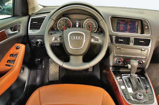 We wnętrzu wykorzystano wiele elementów znanych z innych modeli Audi. Większość egzemplarzy dostępnych na rynku wtórnym jest bardzo bogato wyposażona, ale warto wiedzieć, że te bazowe nie miały nawet multifunkcyjnej kierownicy. /Motor