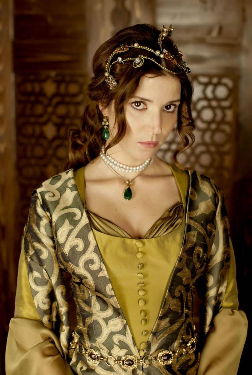 """We """"Wspaniałym stuleciu"""" Selma Ergeç zagrała jedną z najbardziej pokrzywdzonych przez los postaci. Pomyśleć, że na samym początku sagi Ibrahim tak pięknie grał jej na skrzypcach… /Kurier TV /materiały prasowe"""