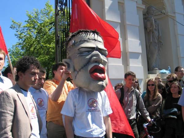 We wtorek pod budynek ministerstwa przyszli studenci uzbrojeni w odlew głowy Giertycha /RMF