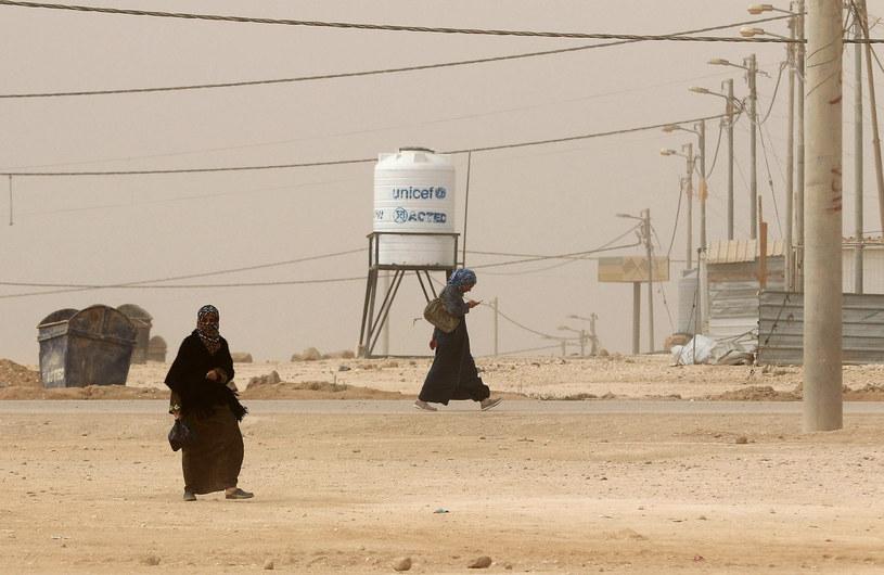 Według autorów raportu na wykorzystywanie szczególnie narażone są kobiety i dziewczęta, które nie mają męskich opiekunów /KHALIL MAZRAAWI /AFP