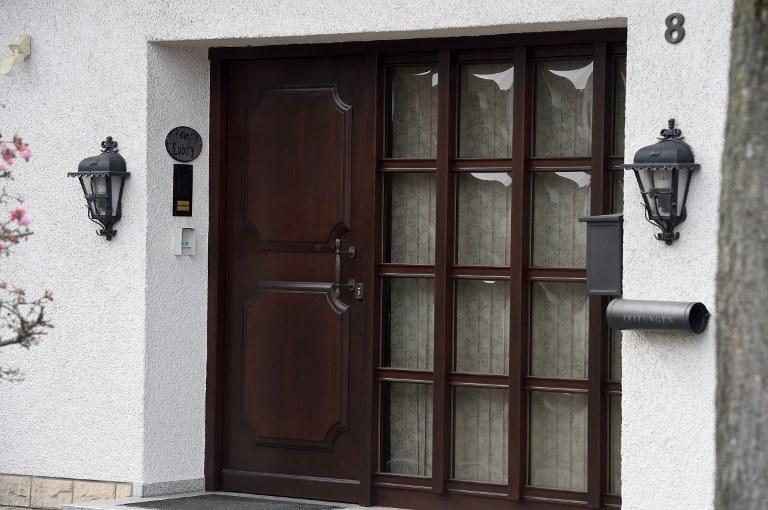 """Według jednego z policjantów, w domu Lubitza natrafiono """"klucz do wyjaśnienia tragedii"""" /PATRIK STOLLARZ /AFP"""