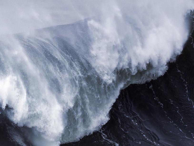 Według meteorologów porywy wiatru sięgają 130 km na godzinę /AFP