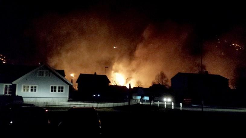 Według norweskiej agencji NTB, spaliły się trzy domy z listy UNESCO. /AFP