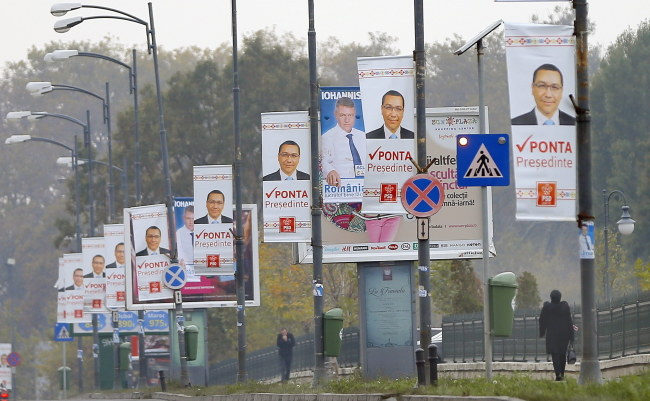 Według sondaży faworytem jest  obecny lewicowy premier Victor Ponta /ROBERT GHEMENT /PAP/EPA