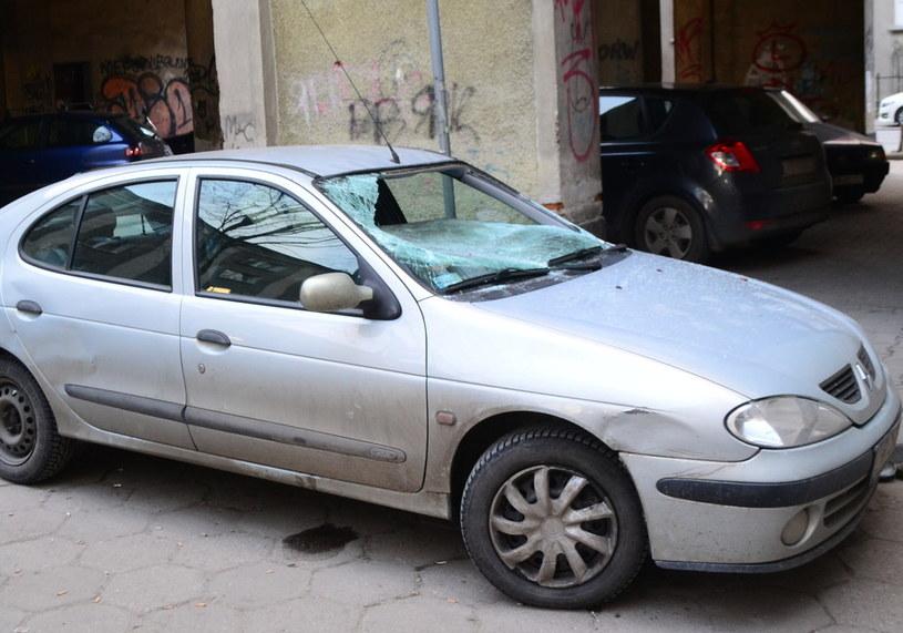 Według świadków, kobieta wypadła z okna wprost na auto, fot. Paweł Balinowski /RMF