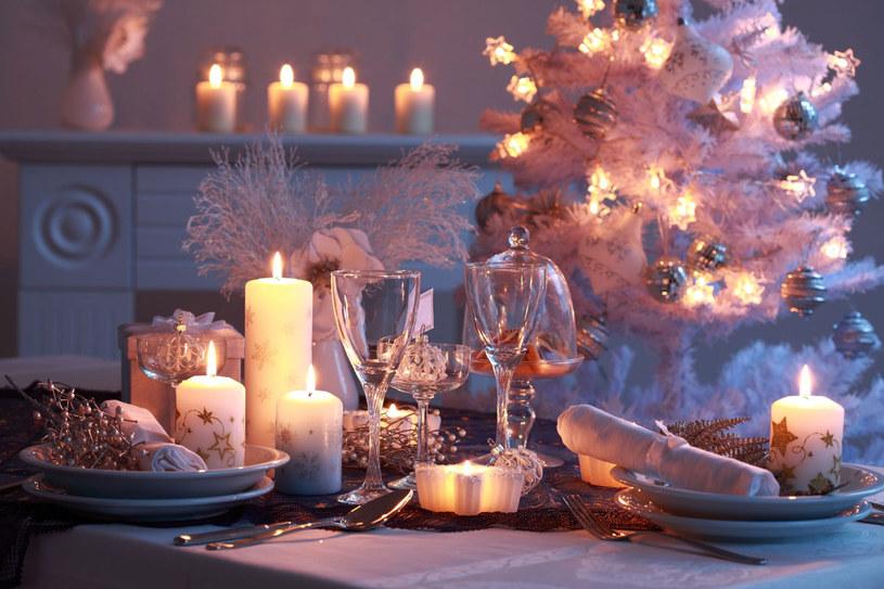 Według tradycji zostawiamy puste miejsce przy stole dla niespodziewanego gościa. /©123RF/PICSEL