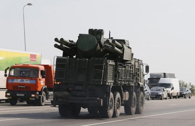 Według ukraińskiego sztabu operacji antyterrorystycznej przez zamknięte przejście graniczne Izwarino wjechały transportery opancerzone i ciężarówki wojskowe (zdj. ilustracyjne) /YURI KOCHETKOV /PAP/EPA