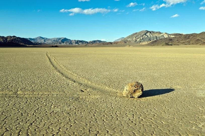 Wędrujący kamień w Dolinie Śmierci /©123RF/PICSEL