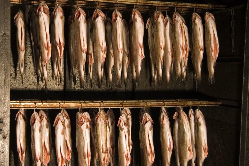 Wędzone ryby czy inne mięsa nadają daniom niezwykłego aromatu /©123RF/PICSEL