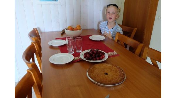 pierwszy podwieczorek z ciastem baskow z cukierni, czeresniami...