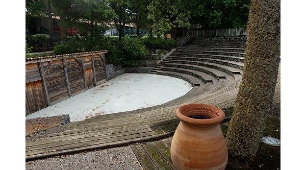 Amfiteatr w osrodku, co wieczor, jak jest pogoda tutaj odbywaja sie spektakle i koncerty. Spodobaly mi sie... smietniki umieszczone w takich wielkich stylizowanych na starozytne naczynia.