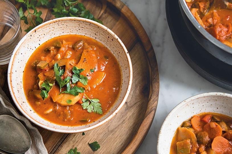 Wegańska zupa gulaszowa /materiały prasowe