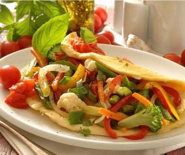 Wegetariański omlet z farszem warzywnym