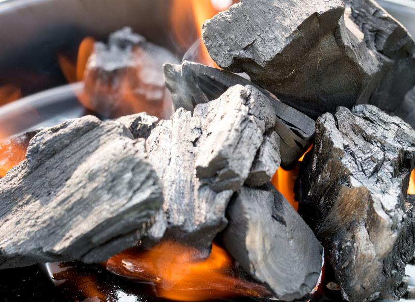 Węgiel drzewny nadaje sie nie tylko do grillowania /123RF/PICSEL