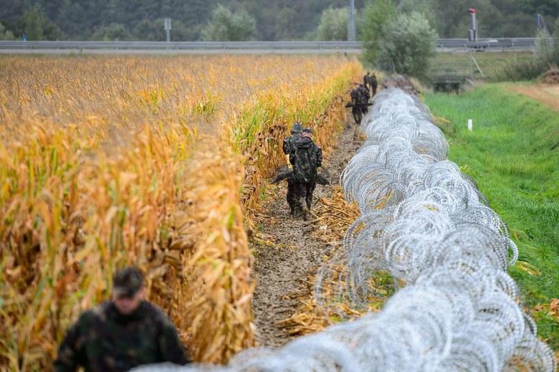 Węgierscy żołnierze wznoszą płot na granicy ze Słowenią. Zdjęcie z września 2015 roku /AFP