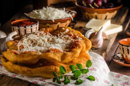 Węgierski langosz z żółtym serem