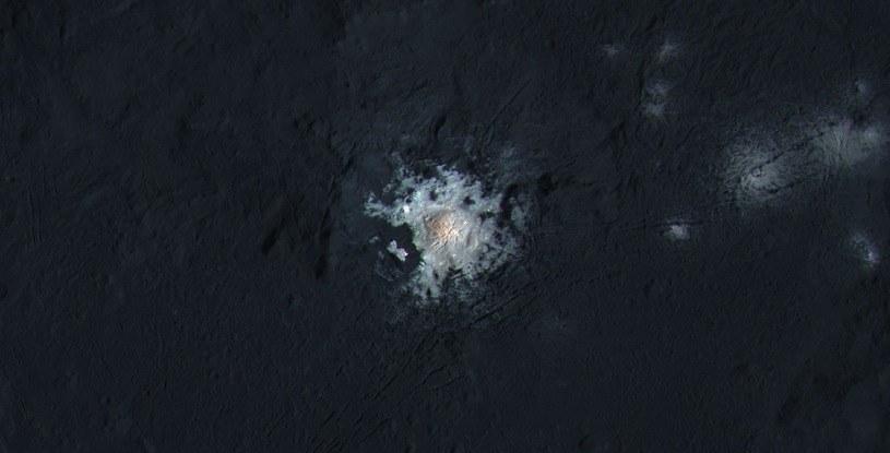 Węglan sodu w centrum krateru Occator /NASA