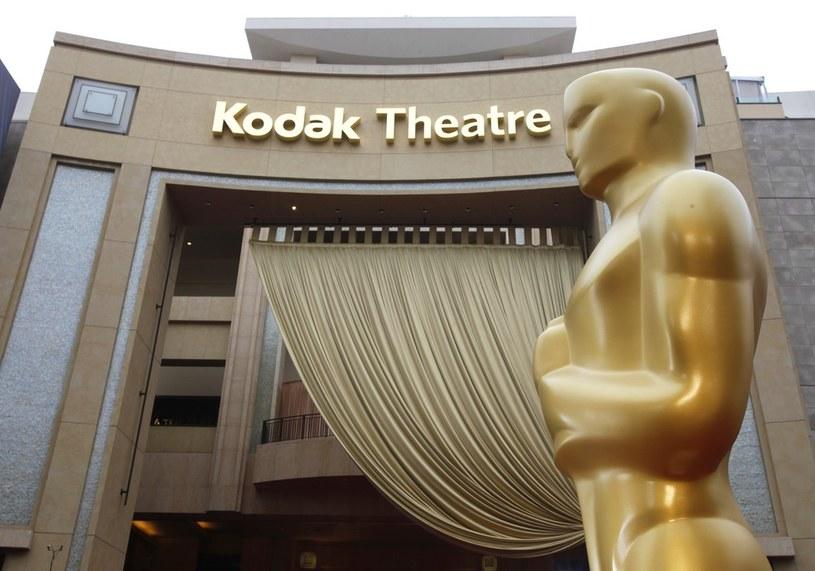 """Wejścia do Dolby Theatre, gdzie odbywa się oscarowa ceremonia, pilnuje tłum ochroniarzy i szpaler statuetek w rozmiarze """"king size"""" /East News"""