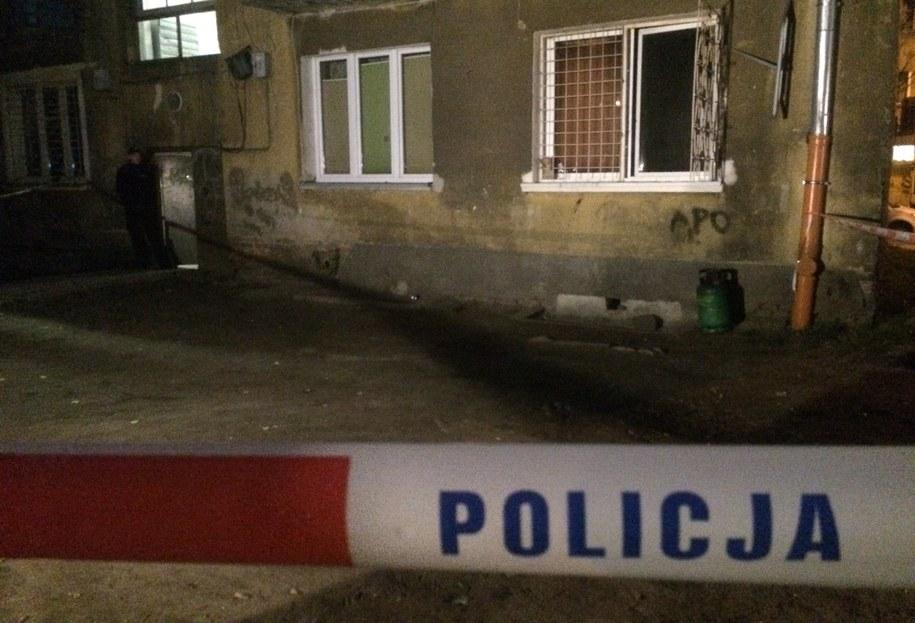 Wejście do budynku i część podwórka odgrodzone są policyjnymi taśmami /Krzysztof Zasada /RMF FM