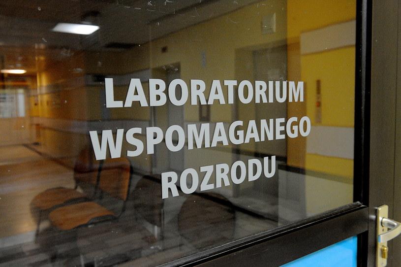 Wejście do Laboratorium Wspomaganego Rozrodu w szpitalu w Policach /Marcin Bielecki /PAP