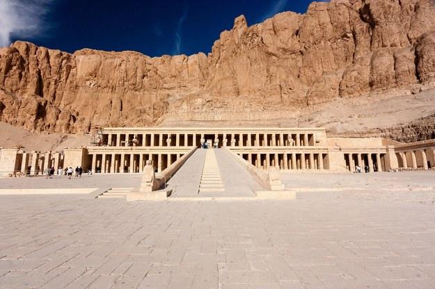 Wejście do starożytnej świątyni Hatszepsut w Egipcie /123/RF PICSEL