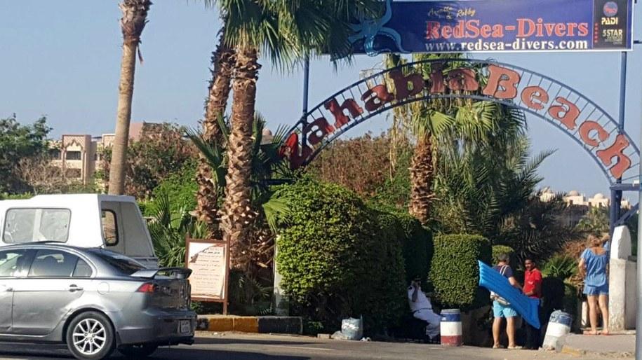 Wejście na teren ośrodka, gdzie doszło do ataku /PAP/EPA/STR /PAP/EPA