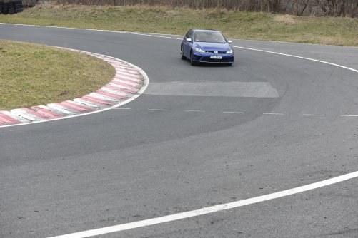 Wejście w zakręt. Przechyły nadwozia są niewielkie, układ ESP nie ma nic do roboty, auto szybko odpowiada na skręt kierownicą. /Motor