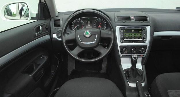 Wersja po lifcie: przeważają samochody z klimatyzacją manualną, a nawigacja bywa montowana przez użytkowników zamiast zwykłego radia. /Motor