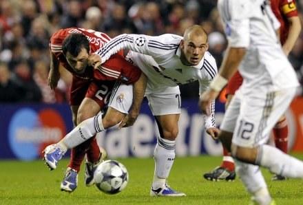 Wesley Sneijder (w środku) może trafić do Mediolanu /AFP