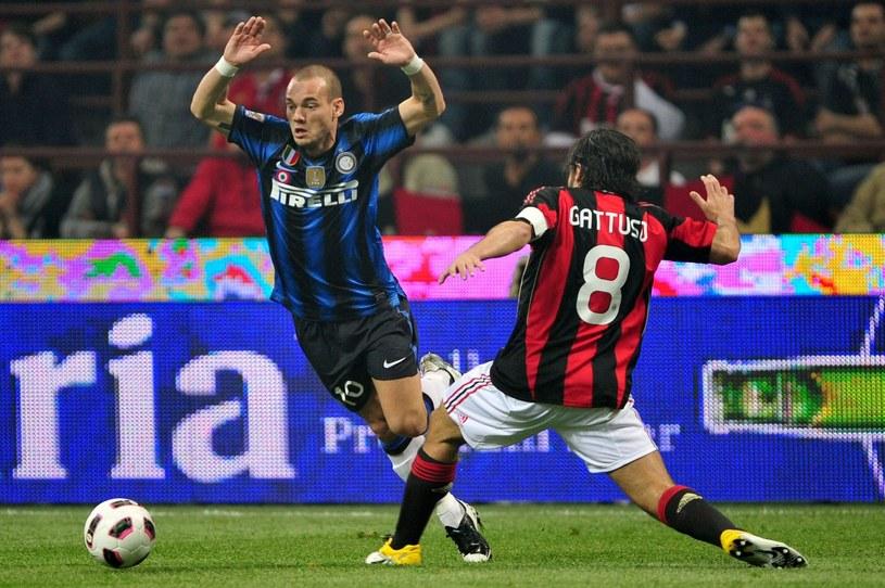 Wesley Sneijder (z lewej) wybrał ligę turecką /AFP