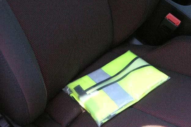 Weź ze sobą zapasowy komplet żarówek, bezpieczników i kamizelkę /INTERIA.PL