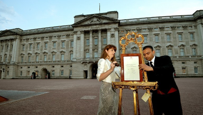 Wiadomość o narodzinach została wystawiona w ramce na ozdobnych sztalugach przez Pałacem Buckingham /AFP