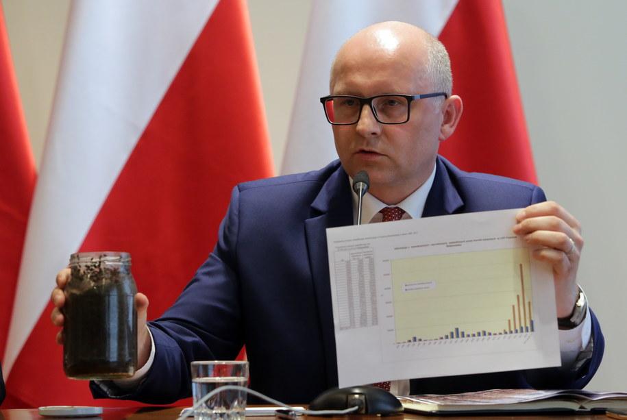 Wiceminister środowiska Andrzej Konieczny prezentuje korniki w słoiku /Tomasz Gzell /PAP