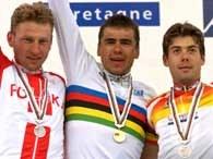 Wicemistrz świata Zbigniew Spruch na podium (z lewej)